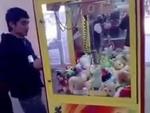 Приколы! Как правильно достать игрушку из автомата,People,,Приколы! Как правильно достать игрушку из автомата Интернет-магазин KIDTOY - http://vk.com/kidtoy Отзывы наших покупателей - http://vk.com/topic-47667519_27923575