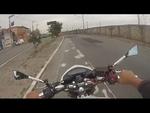 Бандит застрелен при попытке ограбить мотоциклиста,Autos,,Это видео было записано на видеорегистратор , который был на шлеме мотоциклиста. Он показывает, как двое грабителей пытались украсть его мотоцикл марки Hornet, но полицейский вовремя вмешался и выстрелил в одного из бандитов два раза. Грабите