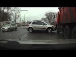 """В бок прилетело..,Autos,,Эта крупная авария на улице Димитрова произошла еще в конце октября. НК-ТВ показало лишь последствия столкновения. А вот сам момент ДТП, видео которого прислал нам наш телезритель. Он пишет, что водителя """"Сузуки"""" сделали """"крайним""""."""