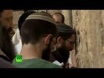 Массовая молитва у Стены плача «об избавлении от Джона Керри»,News,,Верующие молились о «божественном вмешательстве», которое может спасти Израиль от инициатив госсекретаря США Джона Керри по установлению мира на Ближнем Востоке. По данным полиции, у Стены плача в Иерусалиме собралось более двух тыс