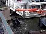 """Как в Амстердаме чистят канал от велосипедов,People,,Всем известно, что Амстердам самый """"велосипедный"""" город в мире! Отслужившие велики обычно заканчивают свой жизненный путь на дне канала. А вот такой плавучий кран чистит от них каналы."""