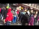 Менты тупо сбегают,News,,Менты пытаются сбежать с места убийства проукраинского активиста ватниками в Одессе. У одного мента получилось, он даже почти ударил машиной того, кто пытался побегу помешать. Второго мента в машине окружили. Сволочи.
