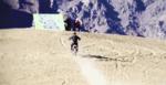 Прыжок со скалы на мотоцикле