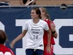 Футболистка дёрнула за волосы соперницу, и она упала