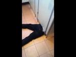 Застрял бедняга,Comedy,,Парниша полез под дверь закрытой кабинки и застрял. Говорит что очень сильно хотел в туалет и поэтому пытался пролезть под дверью. Хорошо что его заметили парни, которые и помогли ему выбраться оттуда.