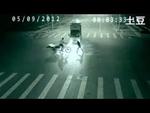 Эта мистическая съёмка шокировала весь Интернет!,People,,Сейчас идут горячие споры по поводу видеоролика, появившегося в Youtube. На нем показывается загадочное спасение велосипедиста от вероятной гибели под колесами грузовой машины.  Вкратце сюжет таков: в ночное время идет обычная езда автомобилей