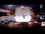 Грузовик смерти,Comedy,,18-колесный грузовик не смог остановиться на красный свет и врезался в четыре микроавтобуса и легковой автомобиль. Точная причина аварии пока неизвестна. По версии следствия, у грузовика не сработал тормозной механизм. Водитель грузовика в настоящее время находится под страже