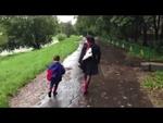 Мать избивает мальчика на улице в Москве,People,,Продолжение: http://www.youtube.com/watch?v=_cBmWOTcmxk  Неадекватная женщина избивает ребенка и нападает на прохожих. 5 сентября около 13:50 я шел в кафе мимо дома 16 на Сколковском шоссе в Можайском районе г. Москва и увидел, как какая-то женщина (в